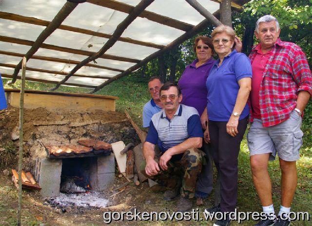 Obitelj Vrbanac i Canjar ispred obnovljene pesnice