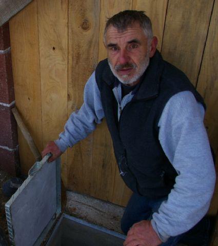 Ivan Canjar ispred priključka za vodu