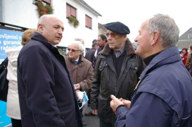 Ljubo Jurčić u razgovoru sa umirovljenicima