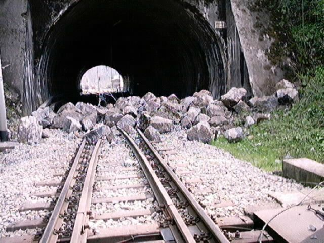 Travanj-2002.-Urušenje-potpornog-zida-svoda-tunela